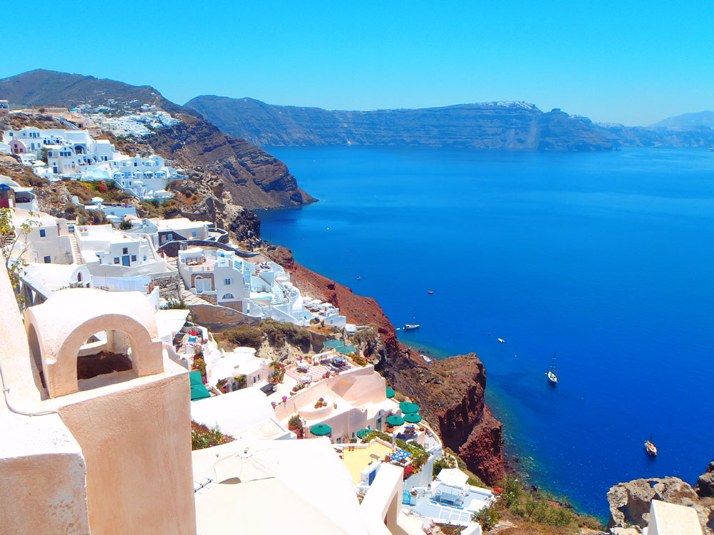 the santorini islands Santorini is the greek island everyone wants to visit it's certainly unlike anything you'll see elsewhere in the world--the ancient volcanic caldera is breathtaking, as are the towering cliffs topped with sparkling white buildings.